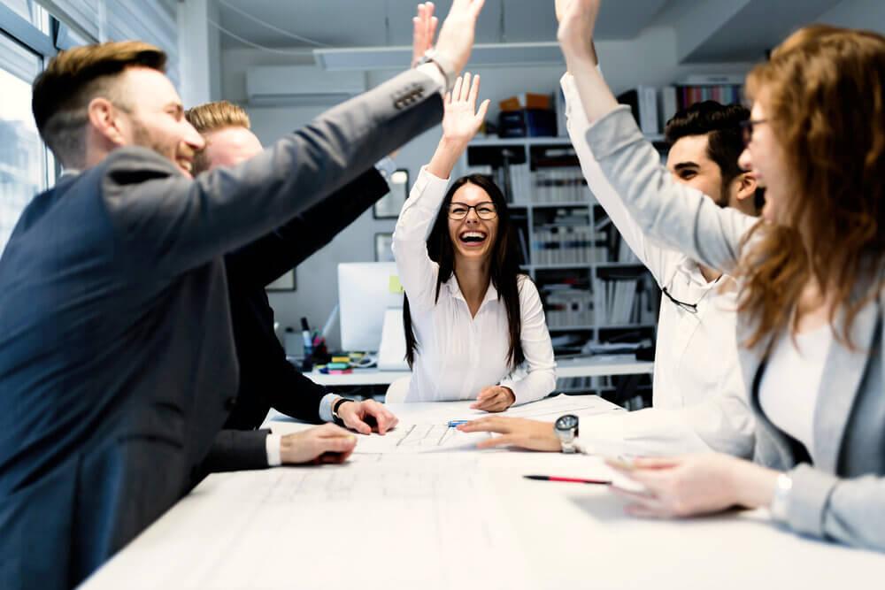 Glade møtedeltagere tar en high five
